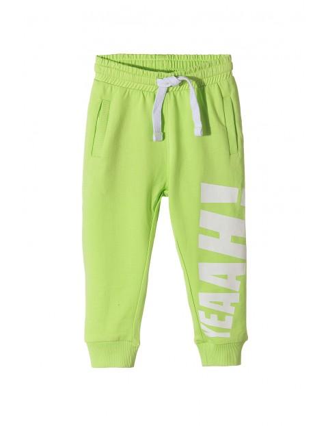 Dresowe spodnie dla chłopca z napisem-yeah