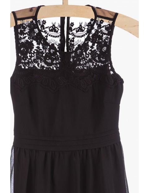 Sukienka bez rękawów z ozdobnym koronkowym wykończeniem