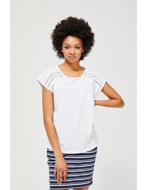 Biały T-shirt damski na krótki rękaw z ażurowym zdobieniem