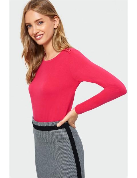 Czerwona dzianinowa bluzka damska z ozdobnymi guzikami