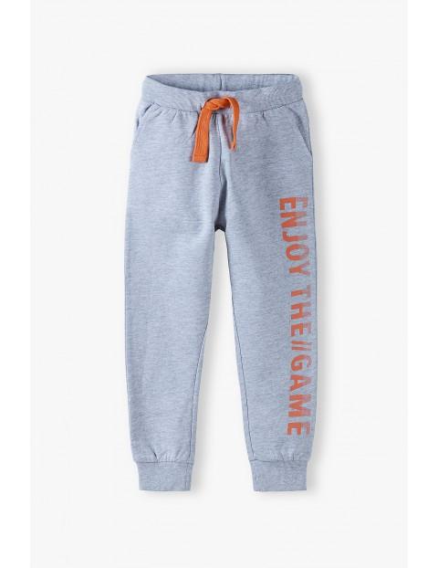 Spodnie dresowe chłopięce szare z pomarańczowymi wstawkami