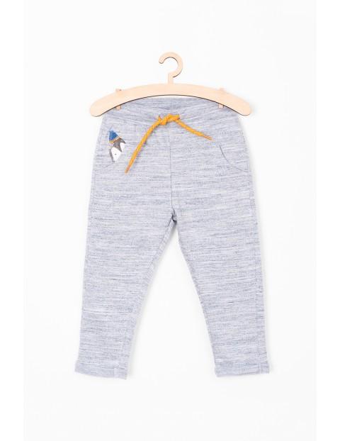 Dresowe spodnie dla niemowlaka- z nadrukiem przy kieszeni