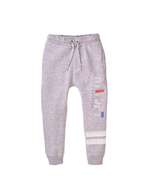 Spodnie dresowe chłopięce szare z nadrukami