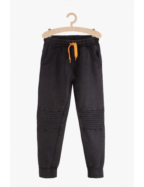 Spodnie chłopięce dresowe czarne z przeszyciami na kolanach