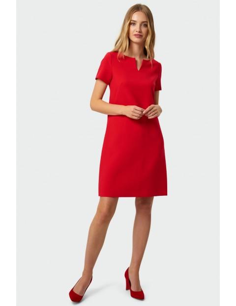 Sukienka o prostym kroju dekoracyjne rozcięcie przy dekolcie czerwona