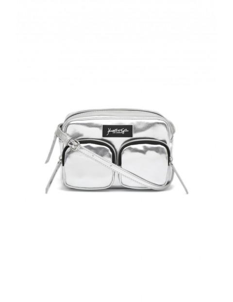 Srebrna, metaliczna torebka z ozdobnymi i praktycznymi dwiema zewnętrznymi kieszeniami