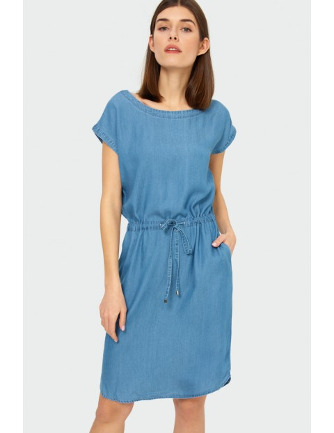 Niebieska sukienka z lyocellu o luźnym kroju z wiązaniem w talii