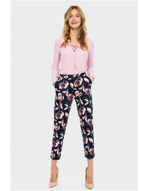 Granatowe spodnie damskie w kwiaty - 7/8 nogawka