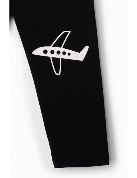 Czarne spodnie dresowe niemowlęce z samolotem