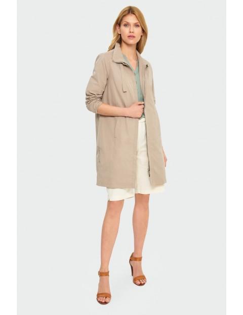 Beżowy płaszcz damski ze stójką