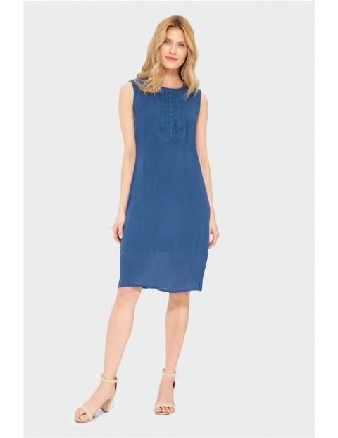 Niebieska sukienka damska z ozdobnym haftem