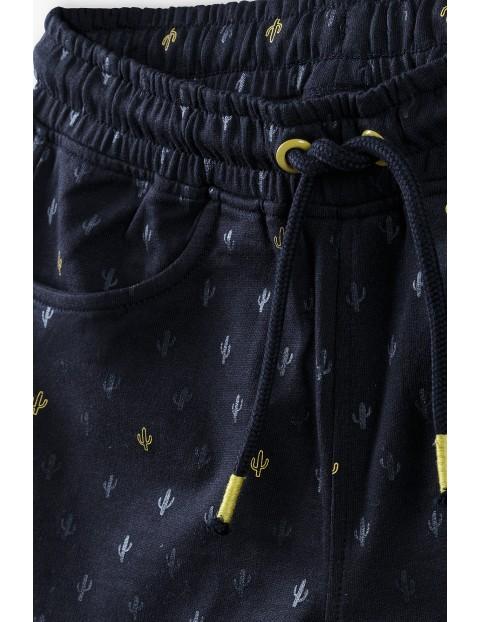 Szorty chłopięce w kolorze czarnym z nadrukami