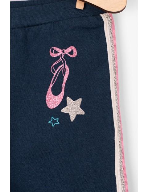 Spodnie niemowlęce granatowe z ozdobnymi lampasami