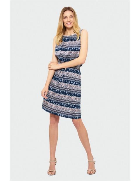 Wzorzysta sukienka bez rękawów z troczkiem w pasie