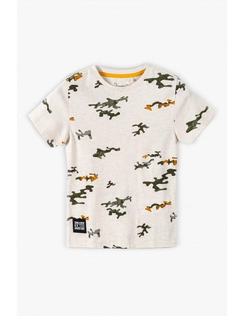 T-shirt chłopięcy w kolorze beżowym z nadrukiem moro