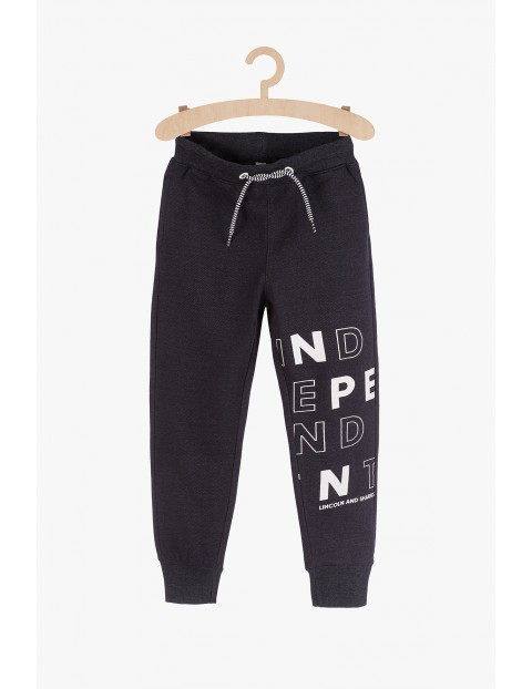 Dresowe spodnie dla chłopca- czarne z napisami