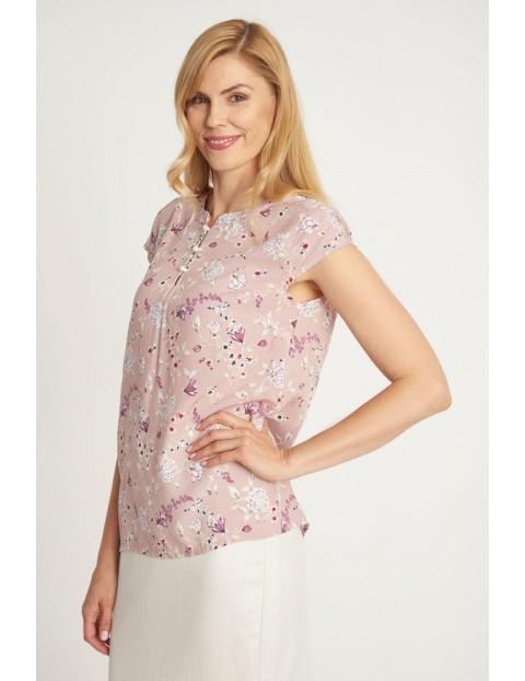 Damska bluzka w kwiaty w kolorze pudrowego różu