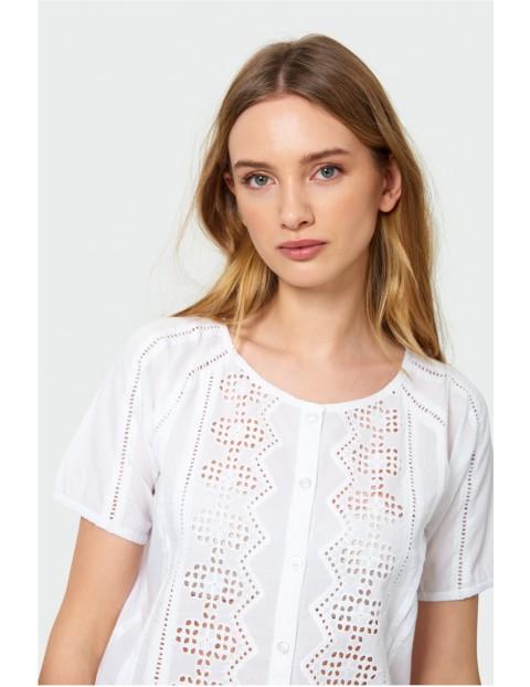 Bluzka z ozdobnym ażurowym wzorem- biała zapinana na guziki