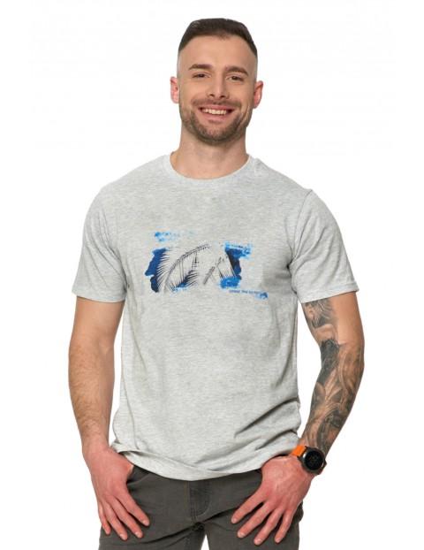 T-shirt męski z wakacyjnym nadrukiem oraz drobnym nadrukiem