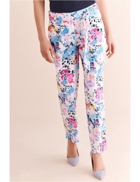 Spodnie damskie w kolorowe kwiaty ozobnym paskiem Tatuum
