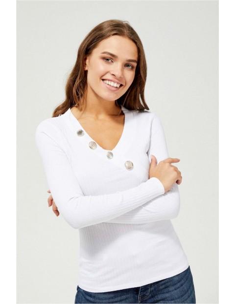 Biała bluzka damska z długim rękawem i ozdobnymi guzikami przy dekolcie