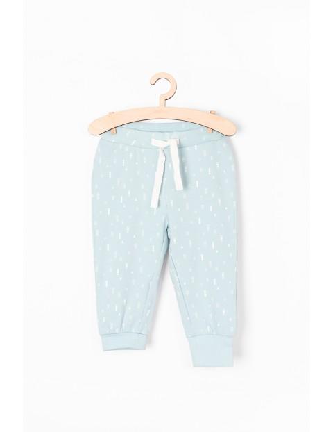 Błękitne spodnie dresowe w białe wzorki