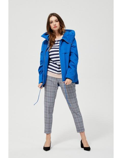 Niebieska kurtka typu wiatrówka