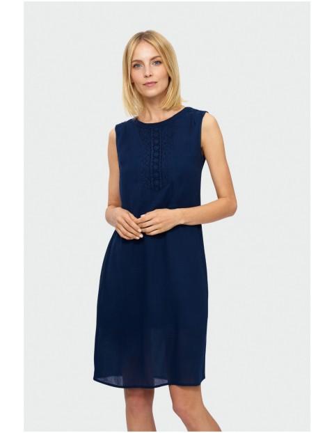 Sukienka bez rękawów z ozdobnym koronkowym panelem z przodu