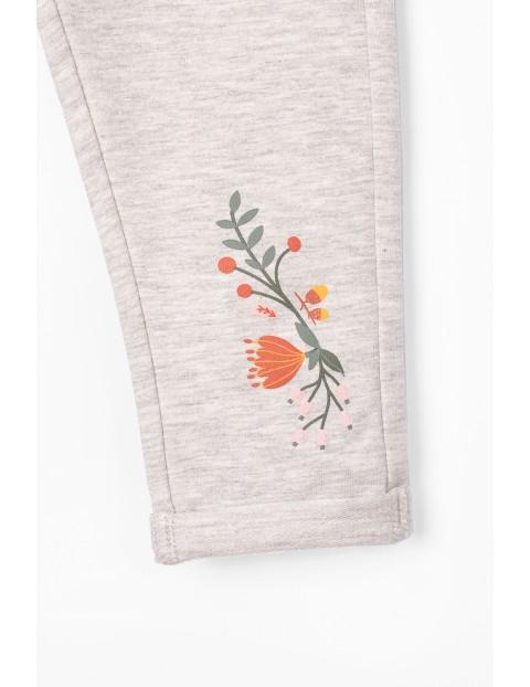 Spodnie dresowe niemowlęce - szare z kwiatkiem