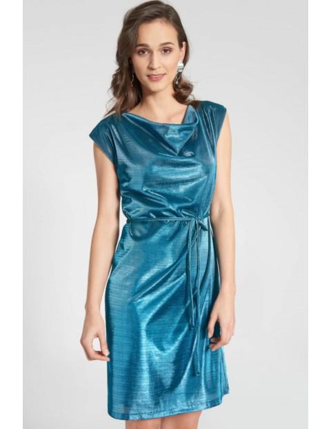 Satynowa sukienka z dekoltem typu woda