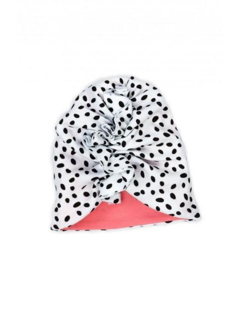 Biały turban w czarne kropki