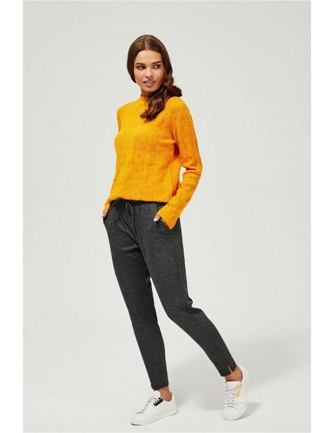Sweter damski w ażurowe wzorki - musztardowy