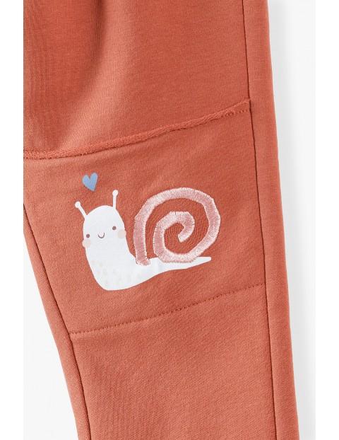 Spodnie dresowe niemowlęce ze ślimakami na kolanach