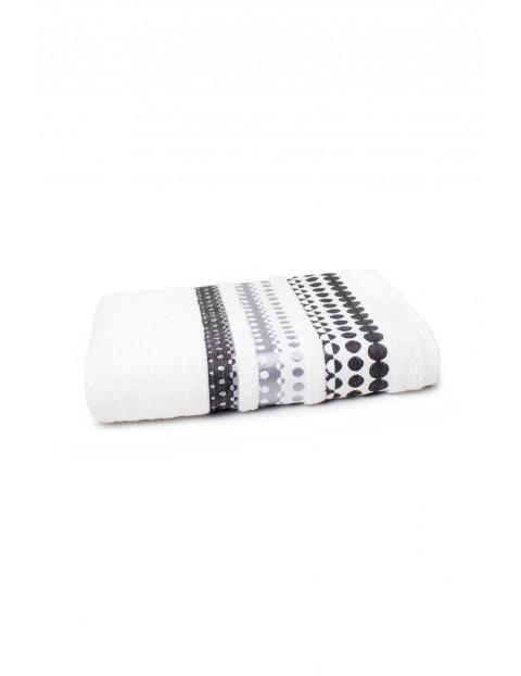Ręcznik bawełniany w kolorze białym z ozdobnym haftem 70x140 cm