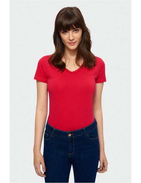 Czerwony t-shirt damski z ozdobnym dekoltem