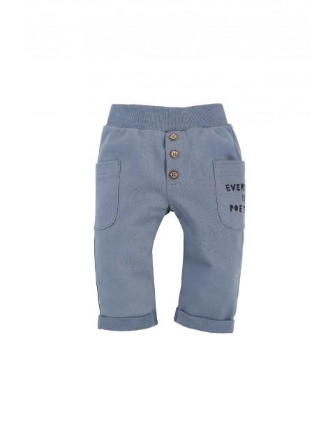 Bawełniane spodnie długie chłopięce z dwoma kieszonkami po bokach w kolorze niebieskim