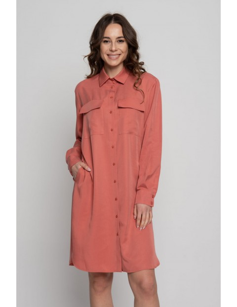 Koszulowa sukienka damska na długi rękaw z dwoma kieszonkami