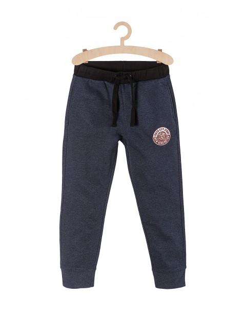 Dresowe spodnie dla chłopca- granatowe z naszywką