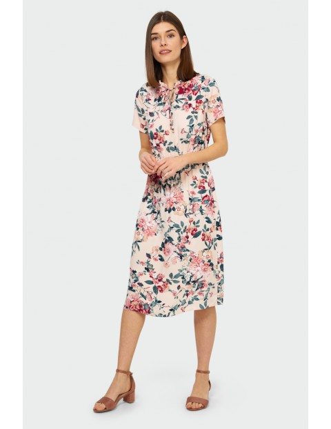Różowa sukienka damska na krótki rękaw  w kolorowe kwiaty