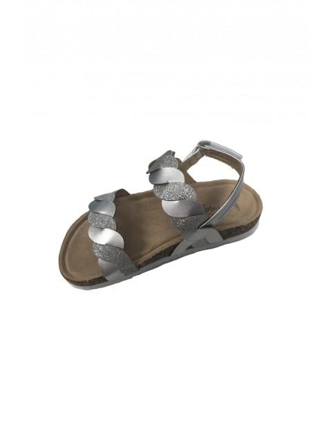 Błyszczące srebrne sandałki dziewczęce