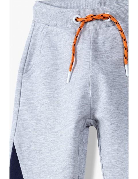 Spodnie dresowe chłopięce szare z kolorowymi wstawkami