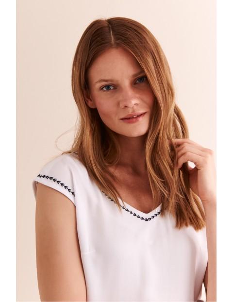 Biała bluzka z ozdobnym szyciem