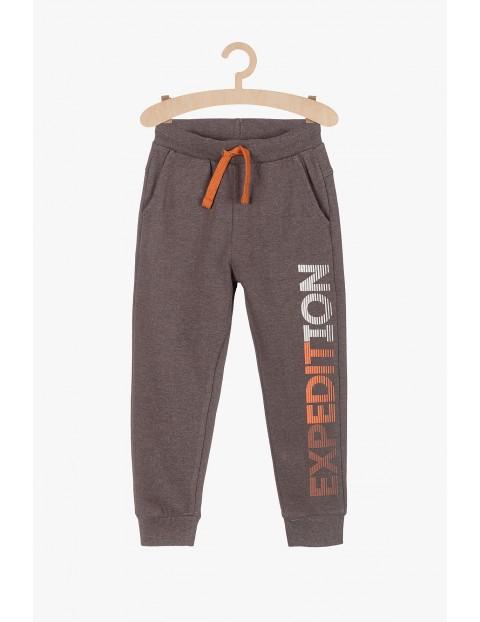 Spodnie dresowe z pomarańczowymi nadrukami