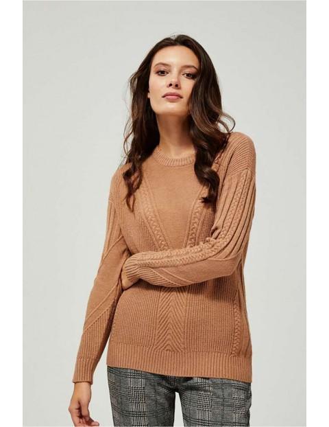Sweter damski brązowy z ozdobnym splotem