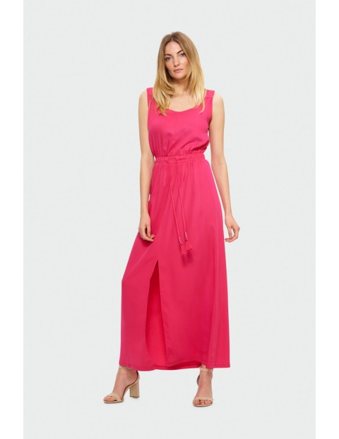 Długa sukienka odcięta w talii z paskiem