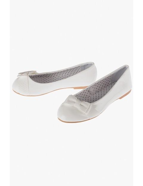 Baleriny białe z kokardkami-buty dla dziewczynki