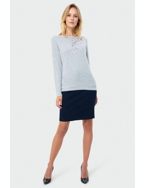 Sweter damski z kwiatowym wzorem szary