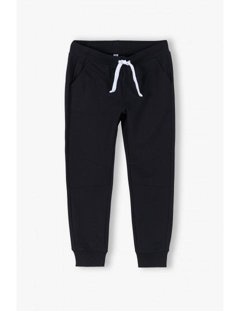 Spodnie dresowe chłopięce w kolorze czarnym- ubrania dla całej rodziny