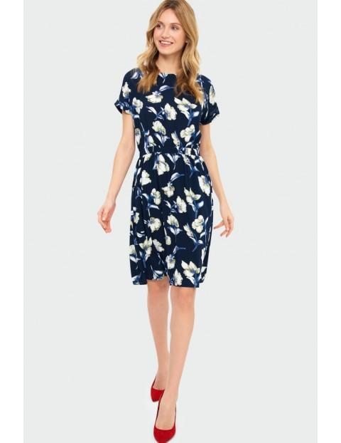Wiskozowa sukienka z kwiatowym nadrukiem podkreślona talia granatowa