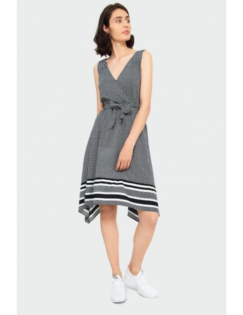 Luźna wiskozowa czarna sukienka w białe groszki